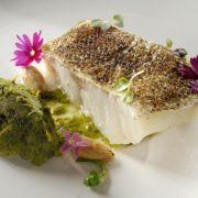 Bacalhau do Alasca Miya Codfoish com missô branco, purê de cebolinha verde e amêndoas
